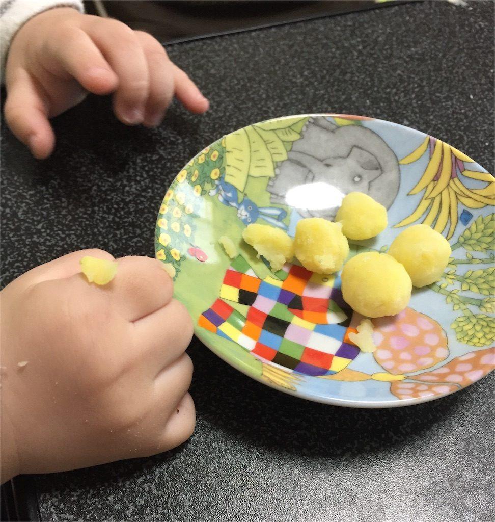 手づかみ食べしている赤ちゃんの手